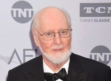 John Williams greets 'Star Wars' musicians outside house (Video)
